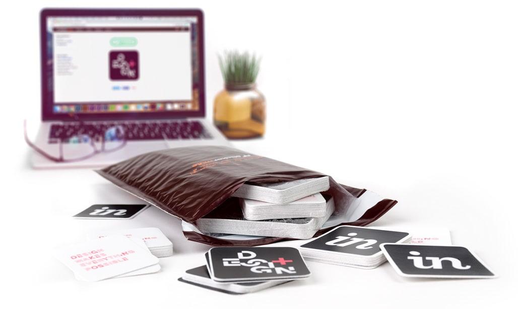 Un computer con tantissimi pacchetti di adesivi